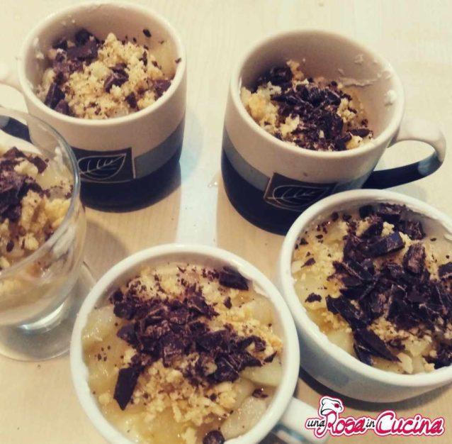 Crumble con crema di ricotta, pere caramellate e scaglie di cioccolato